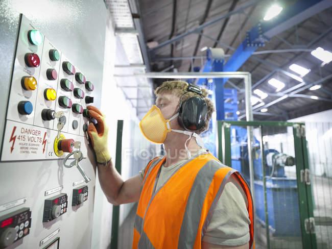 Arbeiter bei der Steuerung der Metallerzschleifmühle — Stockfoto