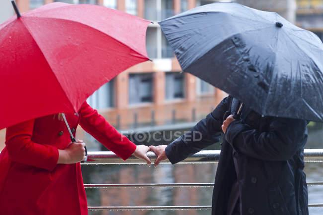 Симметричная пара с перилами и зонтиком — стоковое фото