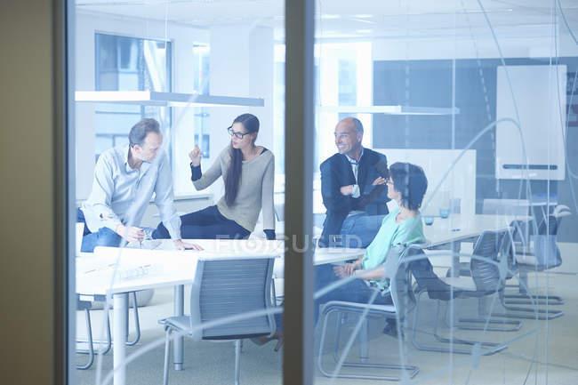 Grupo de empresários em discussão — Fotografia de Stock