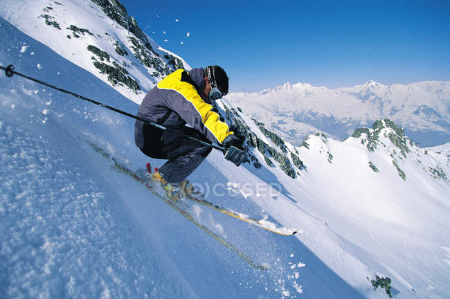 Esqui esquiador descendo a colina — Fotografia de Stock