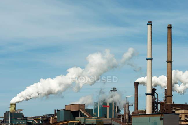 Ver observación de chimeneas metálicas, Ijmuiden, Países Bajos - foto de stock