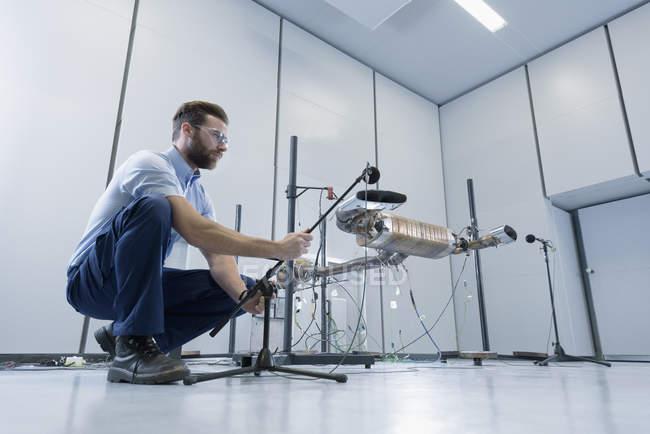 Инженер испытания система выпуска выхлопных газов транспортных средств в безэховой камере — стоковое фото