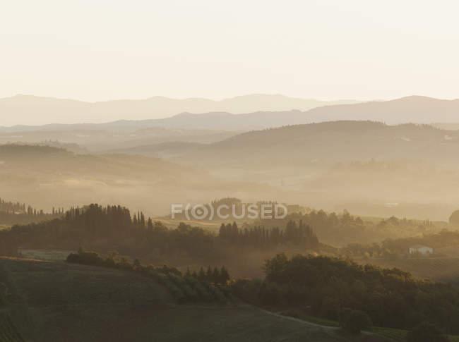 Rolling hills of Tuscany, con le sagome iconiche dei Cipressi, nel paesaggio vicino a San Gimignano, Italia — Foto stock