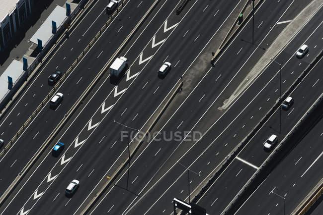 Vista aerea del traffico autostradale con auto alla luce del sole — Foto stock