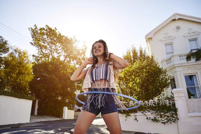 Дівчинка-підліток з hoola обруч на вулиці, Кейптаун, Південно-Африканська Республіка — стокове фото