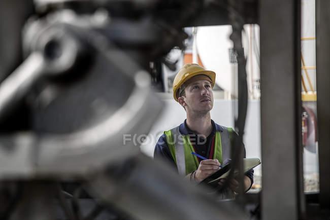 Чоловік працівник робить інспекції на нафтобазі — стокове фото