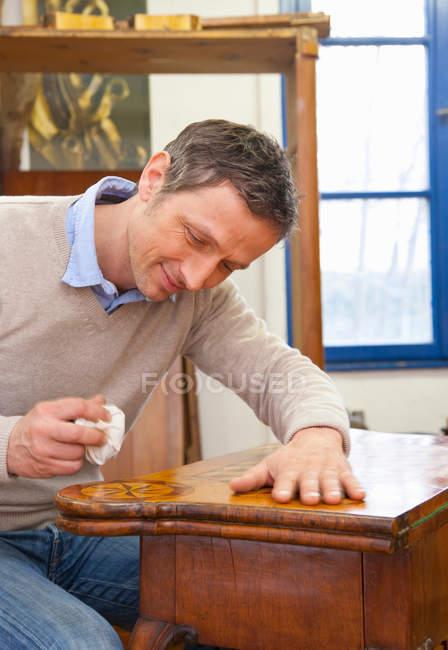 Тесляр полірування дерев'яний стіл — стокове фото