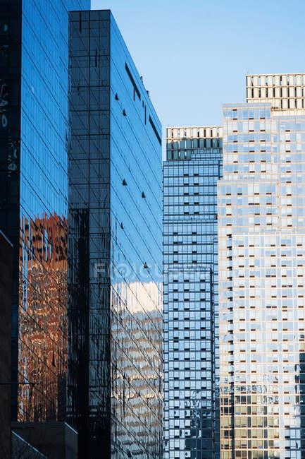 Edificios de oficinas con fachadas de vidrio - foto de stock