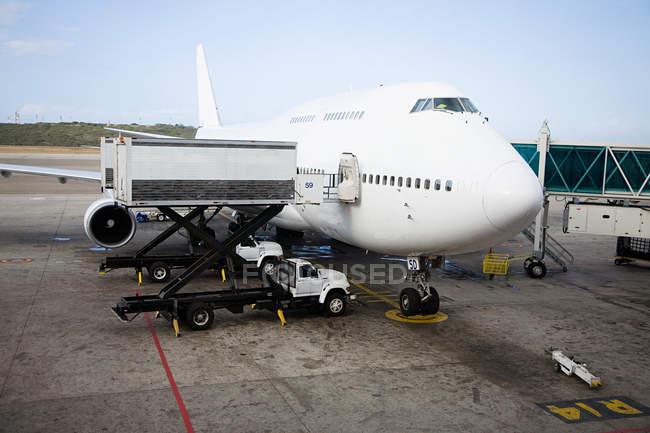 Спостерігаючи зору підготовка літака на злітно-посадкової смуги — стокове фото