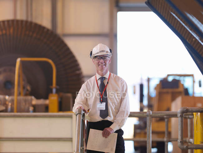 Engenheiro de pé em Turbine Hall — Fotografia de Stock