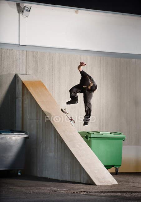 Mann auf städtischen Rampe Skaten — Stockfoto