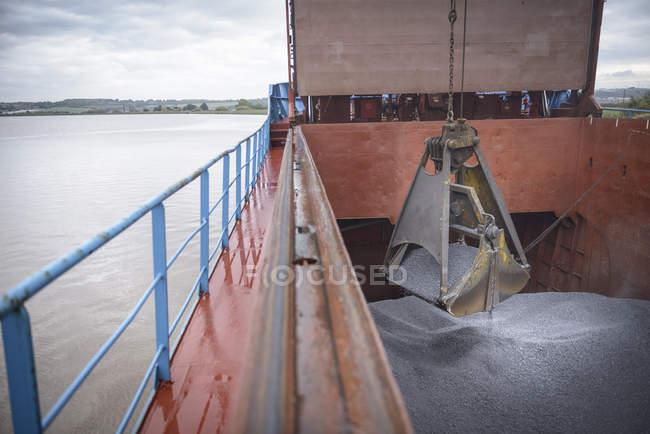 Afferra lo scarico della lega metallica dallo scafo della nave — Foto stock