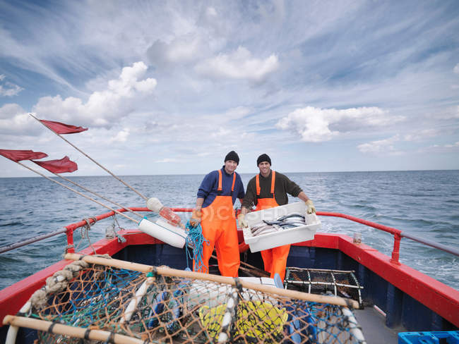 Pêcheurs sur le bateau avec le poisson — Photo de stock