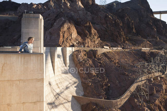 Пожилая женщина, выглядывающая из плотины Хувер, Невада, США — стоковое фото