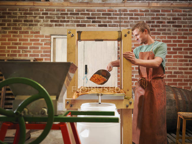 Man with organic cider press — Stock Photo