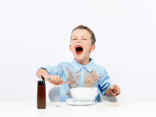 Хлопець їсть морозиво. — стокове фото