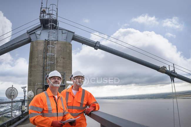 Работники моста на подвесном мосту, Хамбер Бридж, Великобритания — стоковое фото