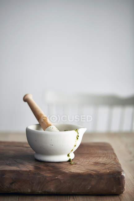 Маточкою і розчин з песто на обробна дошка — стокове фото