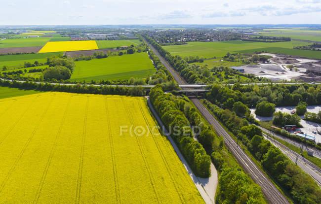 Vista de estradas e campos de colza, Munique, Baviera, Alemanha — Fotografia de Stock