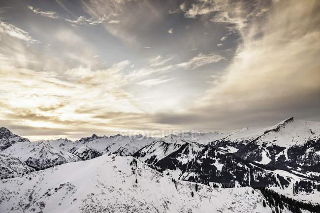 Живописный вид на заснеженные горы, Бавария, Германия — стоковое фото