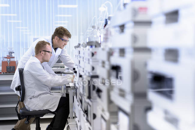 Scientists testing samples in laboratory — Stock Photo