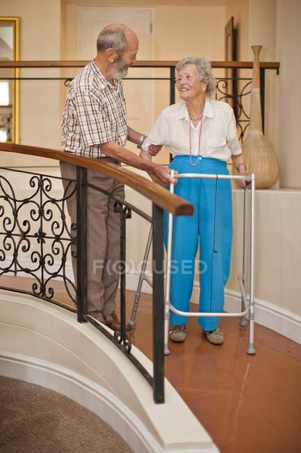 Couple sénior marchant dans le couloir de la villa de retraite — Photo de stock