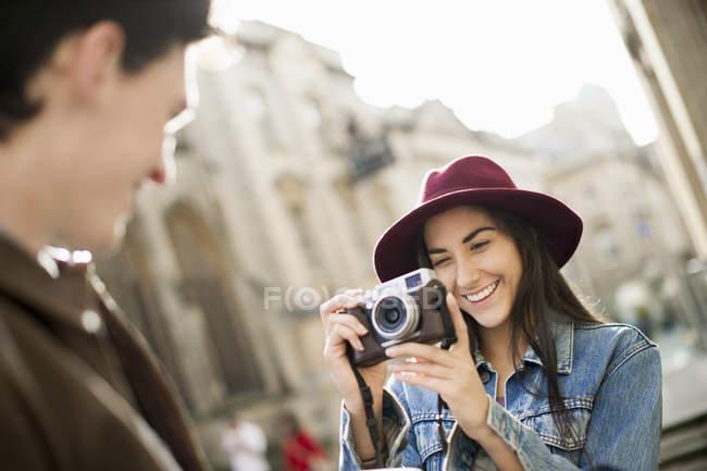 Молода жінка фотографує людина — стокове фото