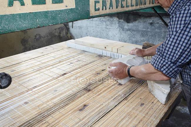 Arbeiter legt Steinblock an Bord — Stockfoto