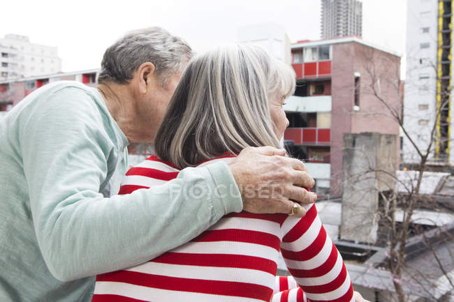 Paar genießt Blick auf Balkon — Stockfoto