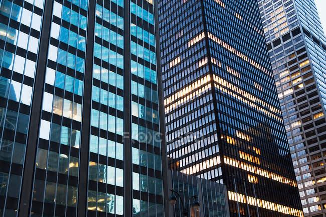 Blocos de escritório frontais de vidro — Fotografia de Stock