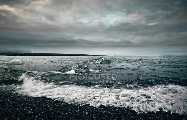 Крижані моря, на скелястий берег — стокове фото