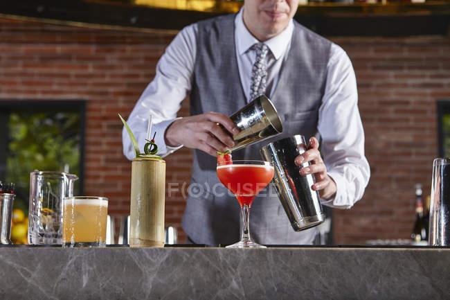Schuss von Bartender Vorbereitung cocktail beschnitten — Stockfoto