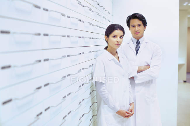 Portrait of male and female pharmacists in pharmacy — Stock Photo