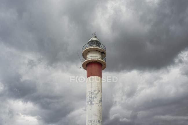 Farol em Huelva em nuvens tempestuosas — Fotografia de Stock
