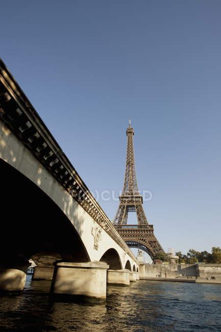 Эйфелева башня, видно из реки Сены в Понт д ' Иена мост в Париже, Франция — стоковое фото