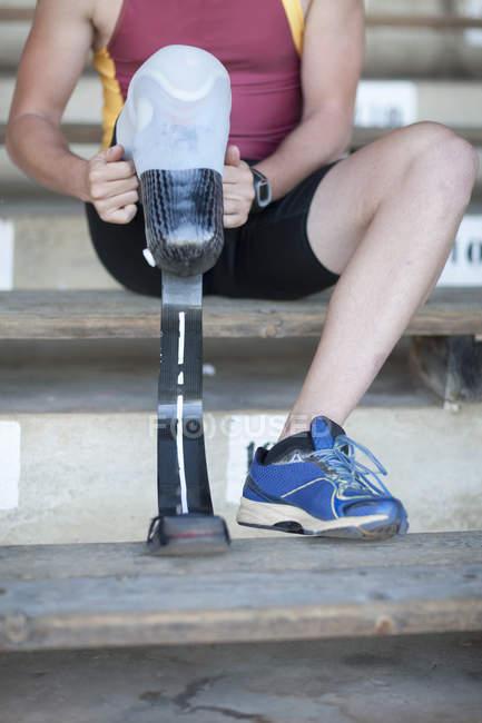 Подготовка к спринтеру, нанесение протеза на ногу — стоковое фото