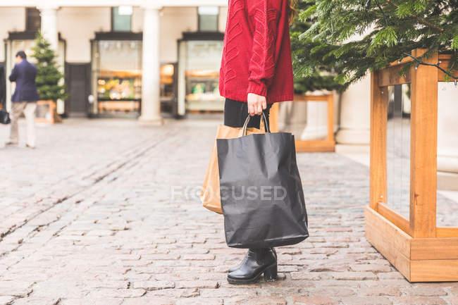 Comprador con bolsas de compras, Covent Garden, Londres, Reino Unido - foto de stock