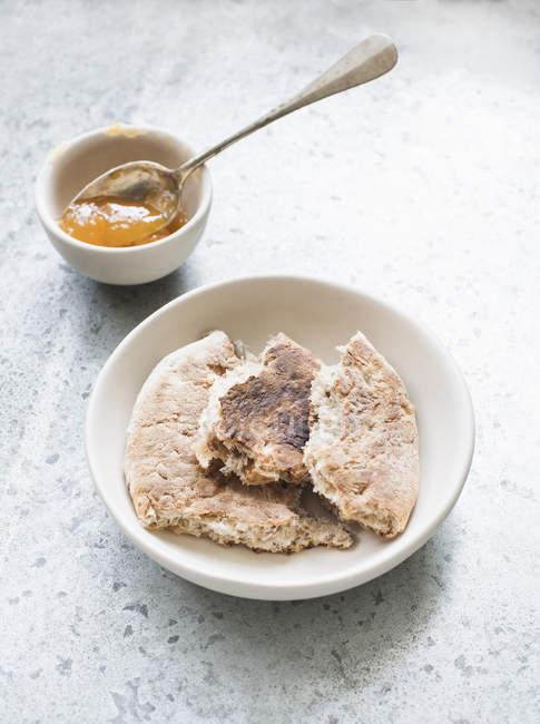 Morceaux de pain pita avec bol de confiture — Photo de stock