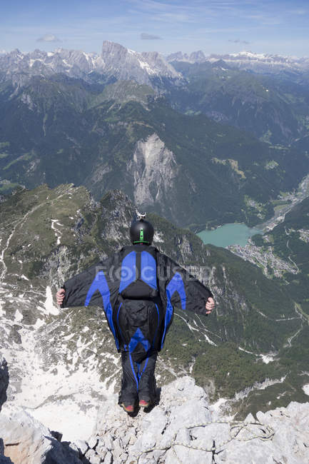 Man base jumping from mountain edge, Alleghe, Dolomites, Itália — Fotografia de Stock
