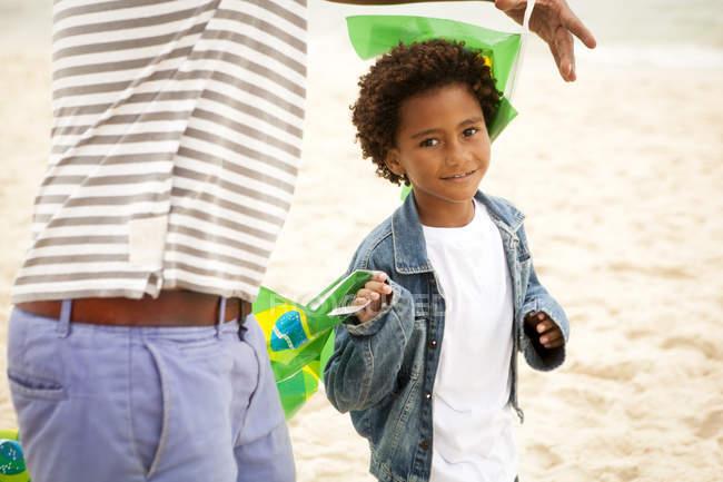Дід і онук на пляжі, Ріо-де-Жанейро, Бразилія — стокове фото