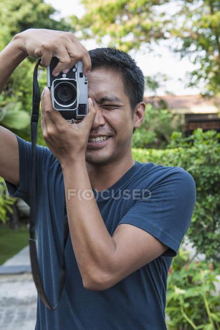 Uomo locale, scattare una foto verticale con una fotocamera a telemetro, Bangkok, Thailandia — Foto stock