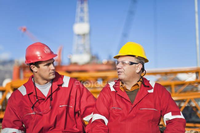 Працівників, які говорять на нафтовій вишці — стокове фото