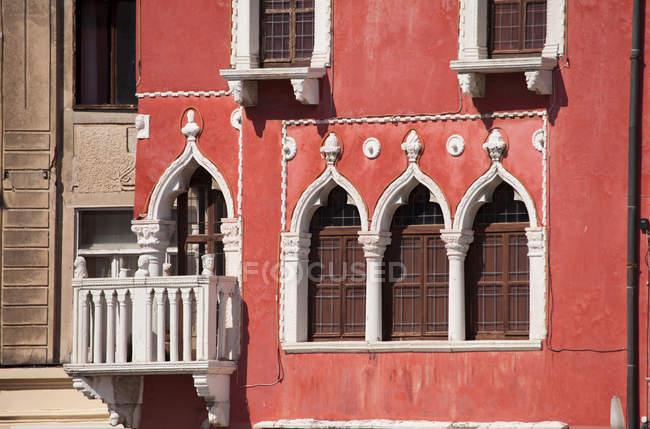 Finestre ornate sulla facciata degli edifici della città — Foto stock
