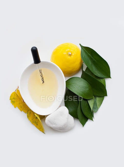 Fresh lemon juice in bowl — Stock Photo