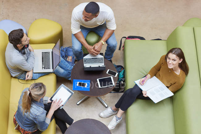 Завершальний огляд чотирьох студенток чоловічої і жіночої статі, які думають про те, щоб навчатися в коледжі вищої освіти — стокове фото