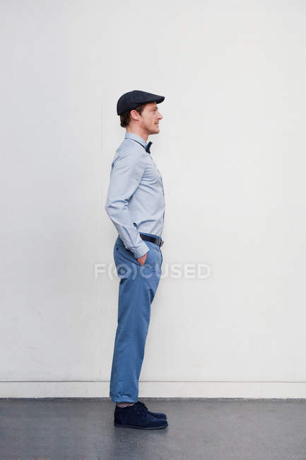 Side view of man standing upright — Foto stock