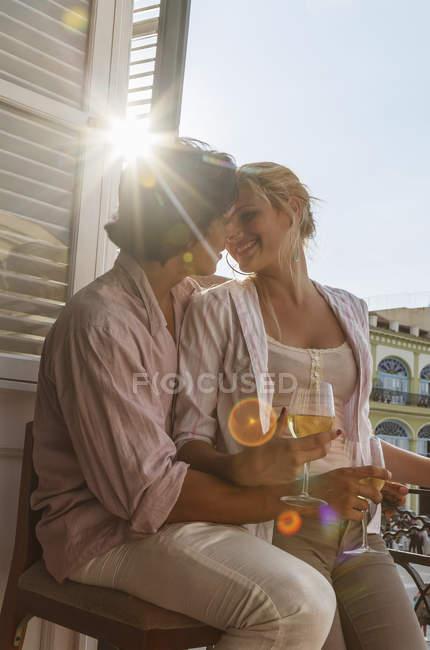 Романтическая молодая пара пьет вино на балконе ресторана на площади Вьеха, Гавана, Куба — стоковое фото