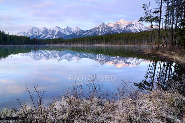 Lago de Herbert y arco de Parque nacional Banff, Alberta, Canadá - foto de stock