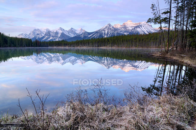 Herbert see und bow range, banff nationalpark, alberta, kanada — Stockfoto