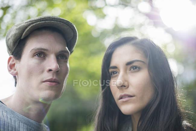 Retrato de pareja joven, hombre con gorra plana - foto de stock